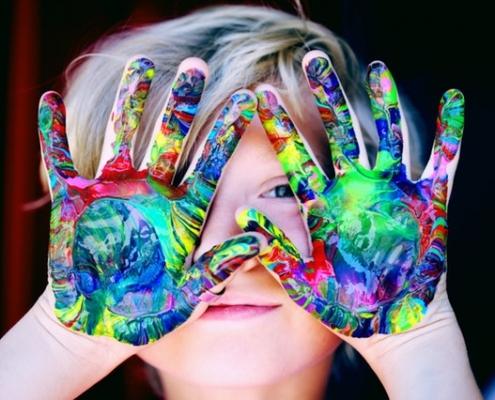 Kind mit bunten Händen