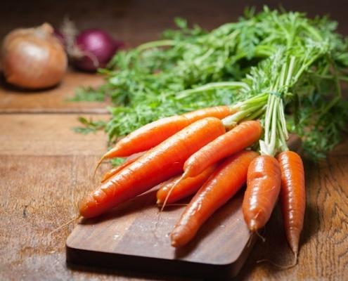 Karotten auf einem Schneidebrett.